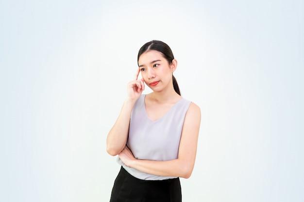 Aantrekkelijke aziatische vrouw die geïsoleerd, mooi aziatisch jong meisje, bedrijfsmeisje denkt Premium Foto