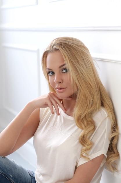 Aantrekkelijke blonde Gratis Foto