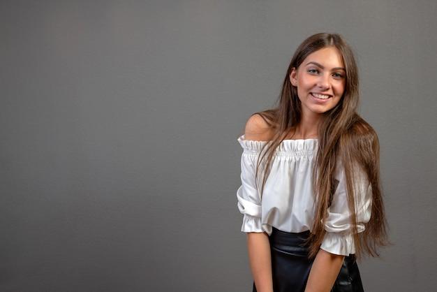 Aantrekkelijke, emotionele jonge vrouw Premium Foto