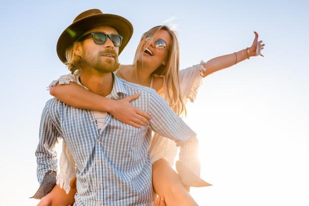 Aantrekkelijke gelukkige paar lachen reizen in de zomer over zee, man en vrouw dragen van een zonnebril Gratis Foto