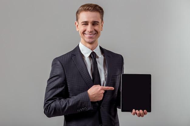 Aantrekkelijke jonge blonde zakenman in klassiek pak. Premium Foto
