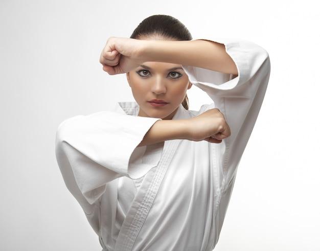 Aantrekkelijke jonge sexy vrouwen in een karate pose Premium Foto