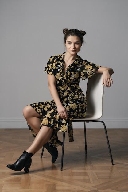 Aantrekkelijke jonge vrouw gekleed in bloemen jurk Gratis Foto