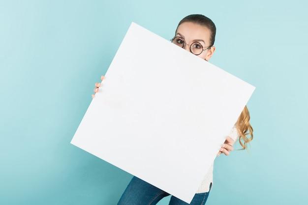 Aantrekkelijke jonge vrouw met lege banner Premium Foto