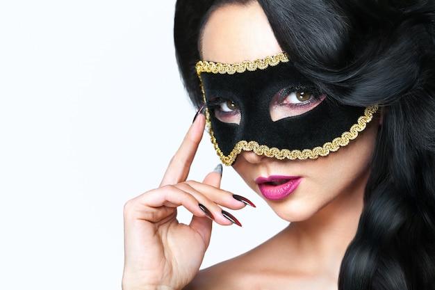 Aantrekkelijke jonge vrouw met venetië masker Premium Foto