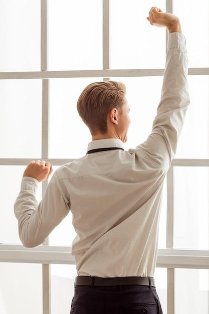 Aantrekkelijke jonge zakenman in wit klassiek shirt. Premium Foto