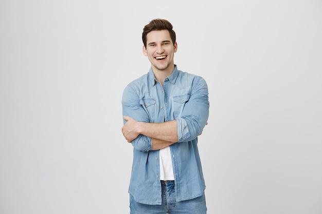 Aantrekkelijke lachende man met plezier, glimlachend gelukkig Gratis Foto