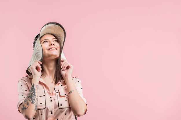 Aantrekkelijke lachende vrouw in hoed Gratis Foto