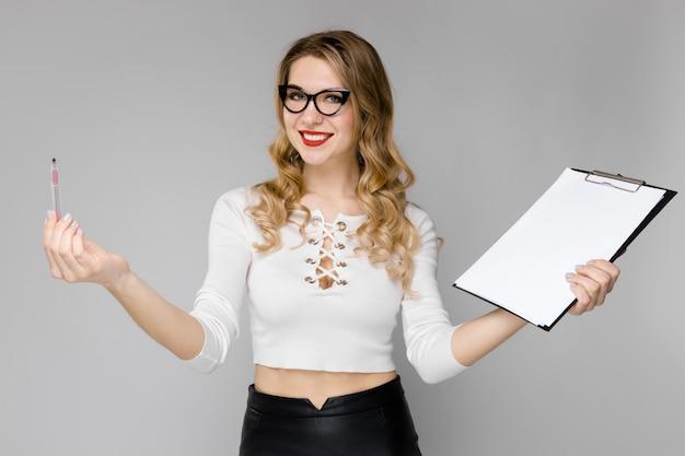 Aantrekkelijke secretaresse in formele kleding Premium Foto