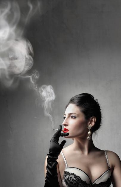 Aantrekkelijke sexy vrouw roken Premium Foto