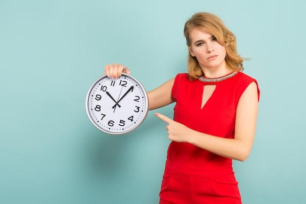 Aantrekkelijke strikte vrouw met klokken Premium Foto