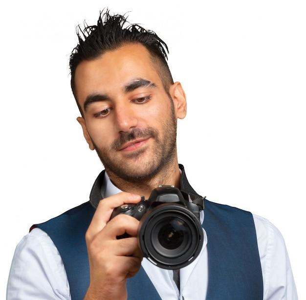 Aantrekkelijke volwassen man met een camera geïsoleerd op wit Premium Foto