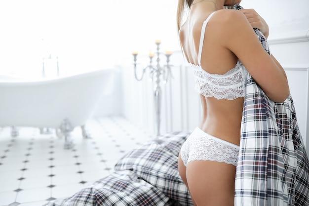 Aantrekkelijke volwassen vrouw in erotische witte lingerie Gratis Foto