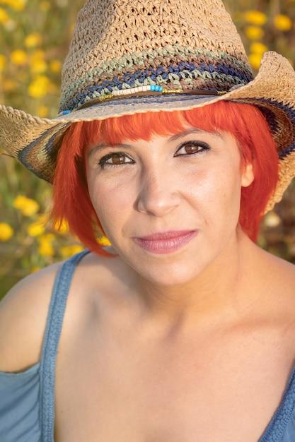 Aantrekkelijke vrouw die van de aard in een bloemrijk platteland geniet Premium Foto