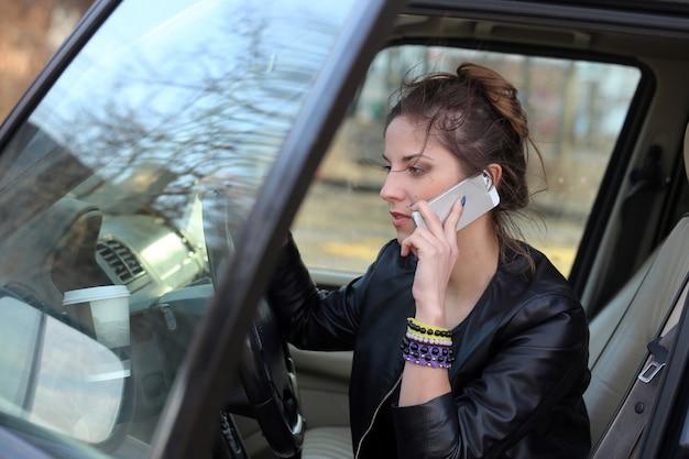 Aantrekkelijke vrouw in de auto Gratis Foto