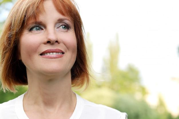 Aantrekkelijke vrouw in een park Gratis Foto