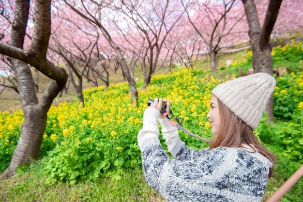 Aantrekkelijke vrouw is genieten met cherry blossom in matsuda, japan Premium Foto