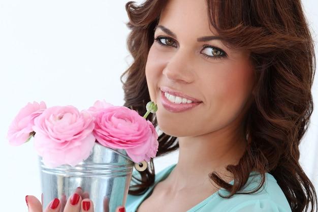 Aantrekkelijke vrouw met bloemen Gratis Foto