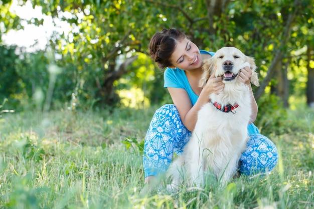 Aantrekkelijke vrouw met hond Gratis Foto
