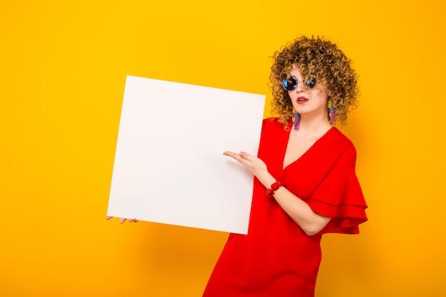 Aantrekkelijke vrouw met kort krullend haar en banner Premium Foto