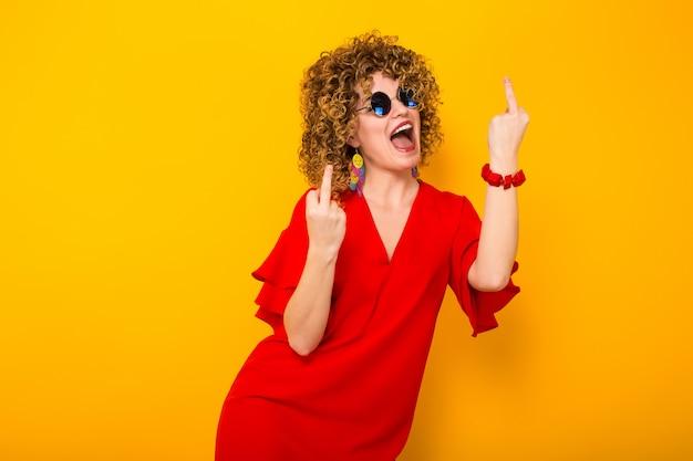 Aantrekkelijke vrouw met kort krullend haar Premium Foto