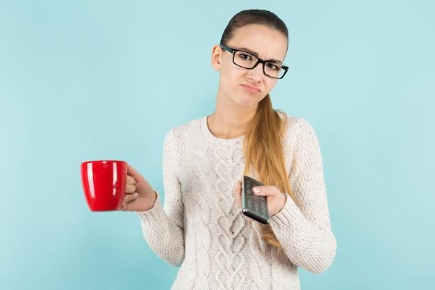 Aantrekkelijke vrouw met paardenstaart en kop met afstandsbediening Premium Foto