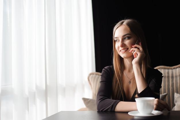 Aantrekkelijke vrouw met schattige glimlach praten gesprek Premium Foto