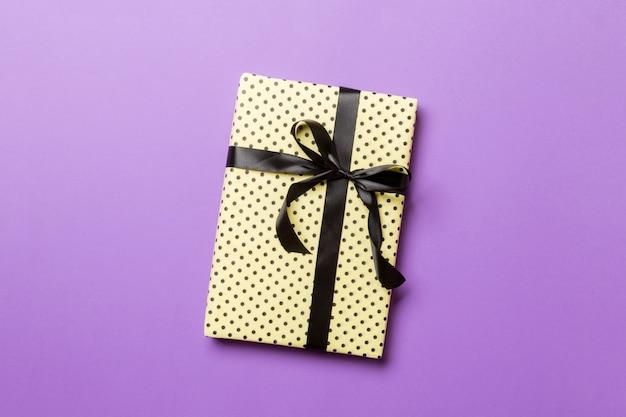 Aanwezig met prachtig inpakpapier en lint Premium Foto