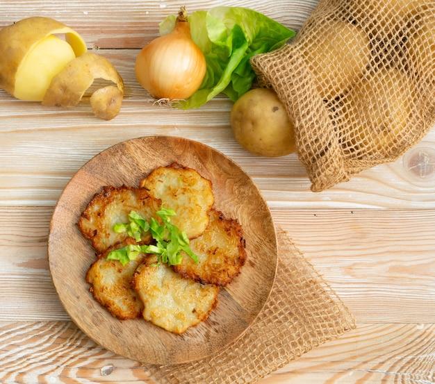 Aardappelpannenkoekjes of latkes Premium Foto