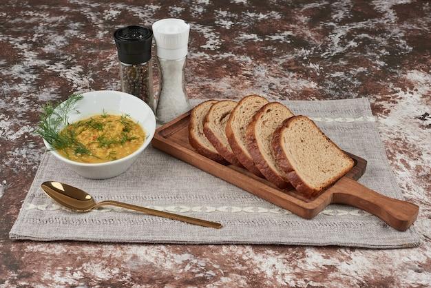 Aardappelpuree soep met kruiden in een witte kom Gratis Foto