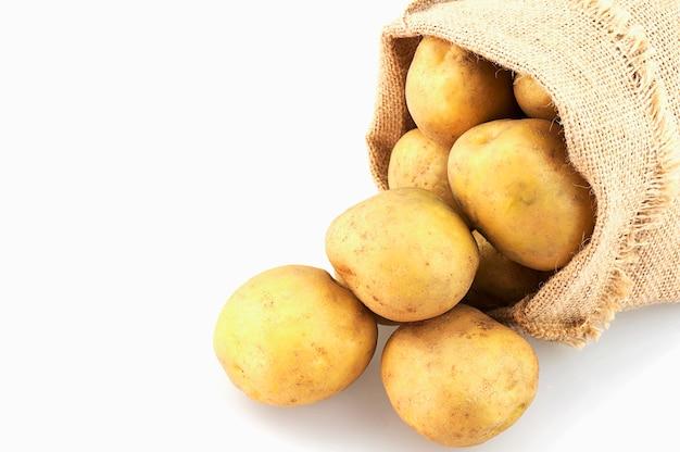 Aardappelzak die over wit wordt geïsoleerd Gratis Foto