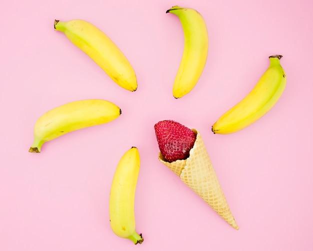 Aardbei in cornet en bananen Gratis Foto