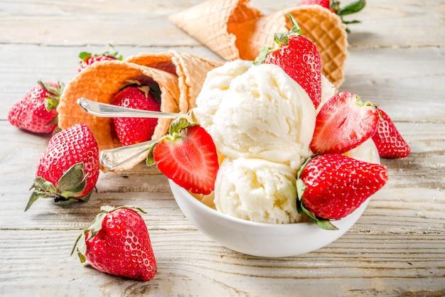 Aardbei vanille-ijs Premium Foto