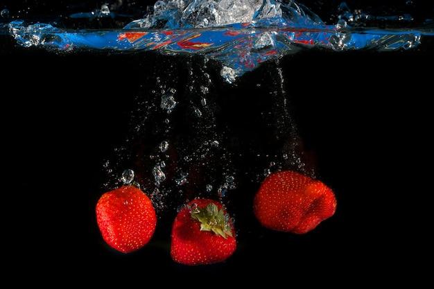 Aardbeien die in water bespatten Premium Foto