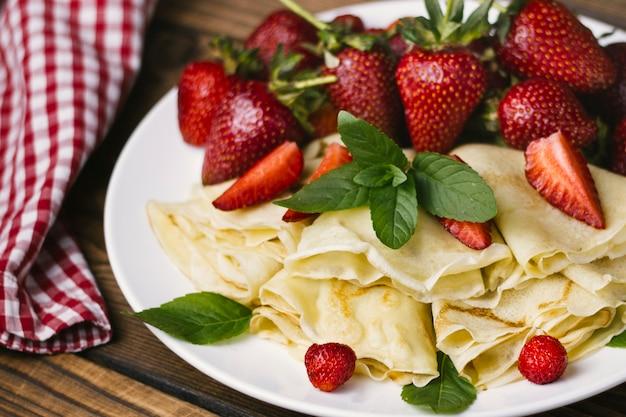 Aardbeien en pannenkoeken close-up Gratis Foto