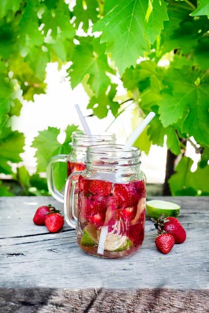 Aardbeienlimonade met limoen Premium Foto