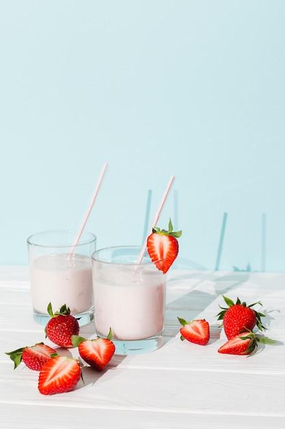 Aardbeimilkshake in glas op lijst Gratis Foto