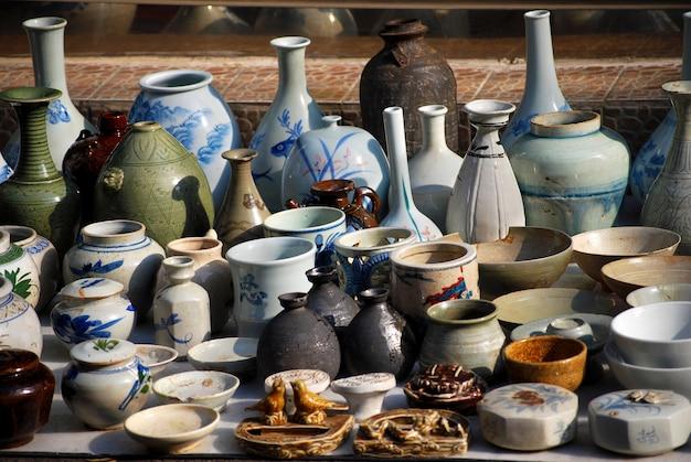 Aardewerk in aziatische rommelmarkt Gratis Foto