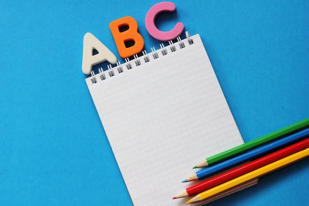 Abc - de eerste letters van het engelse alfabet op blauw Premium Foto