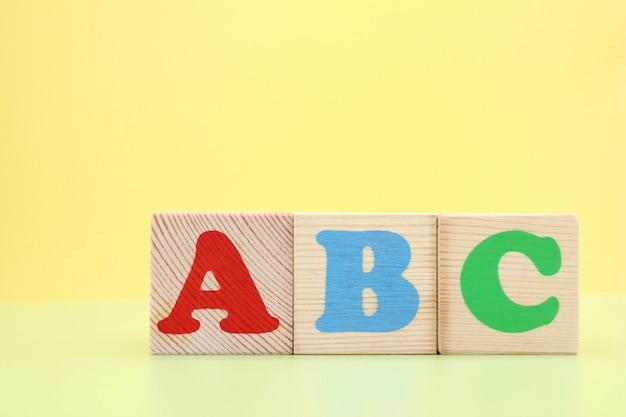 Abc - de eerste letters van het engelse alfabet op houten kubussen. Premium Foto