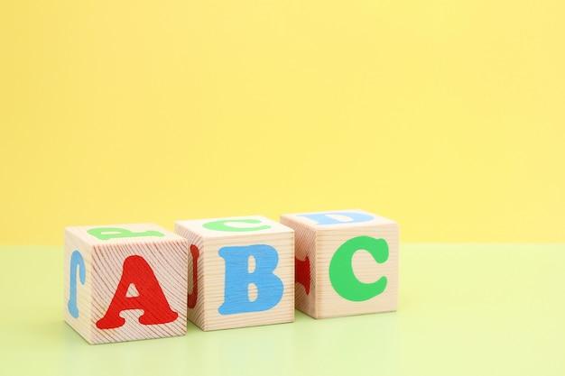 Abc - de eerste letters van het engelse alfabet op houten speelgoedblokjes. Premium Foto