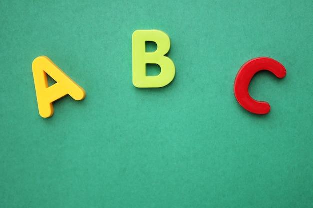 Abc eerste letter van het engelse alfabet op groene achtergrond Premium Foto