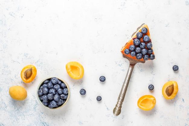 Abrikozen- en bosbessencake met verse bosbessen en abrikozenvruchten Gratis Foto
