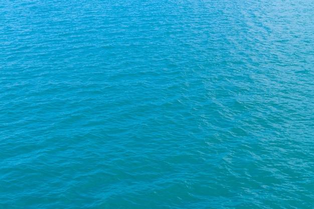 Abstract blauw water in de zeewater achtergrondtextuur Gratis Foto