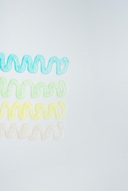 Abstract ontwerp gemaakt van glitter kleuren op witte achtergrond Gratis Foto