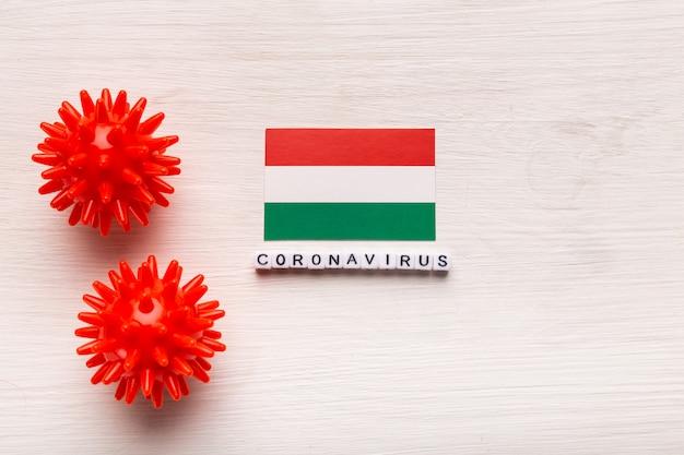 Abstract virusstammodel van 2019-ncov midden-oosten ademhalingssyndroom coronavirus of coronavirus covid-19 met tekst en vlag hongarije op witte achtergrond. Premium Foto