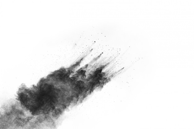 Abstract zwart poeder dat op witte achtergrond wordt gespleten. Premium Foto