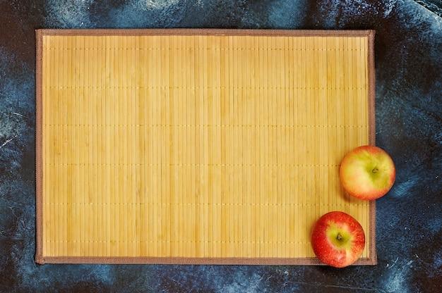 Abstracte achtergrond met riet steun en verse rode appels Premium Foto