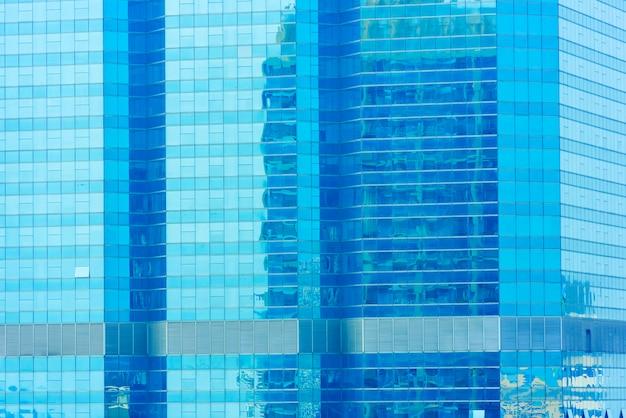 Abstracte achtergrond van blauw brilvenster op de moderne bouw met weerspiegeling van blauwe hemel. Premium Foto