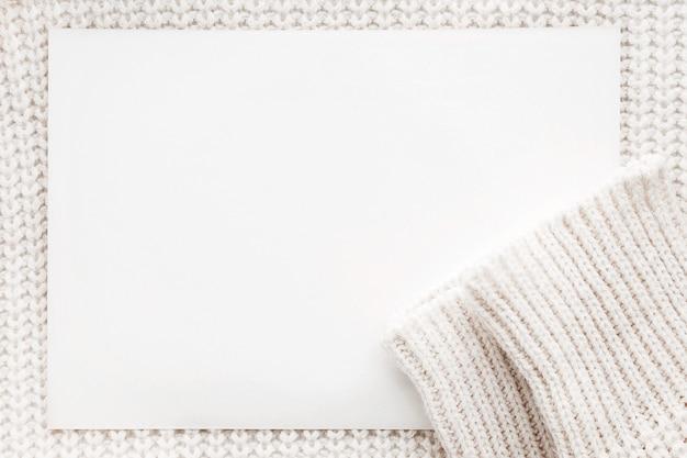Abstracte gebreide achtergrond met duidelijk document. witte wollen trui met mouwen. Premium Foto